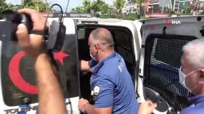 Polis uyuşturucuyla yakaladığı gence önce maske taktı sonra su verdi