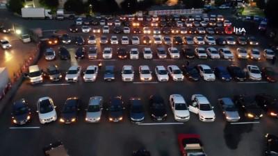 Çekmeköy'de babalar gününe özel açık havada arabalı sinema nostaljisi