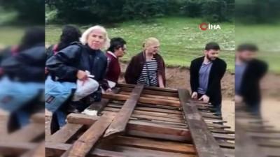 Kanyon yakınlarında selde mahsur kalan turistler çit sayesinde kurtuldu