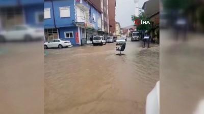 Kütahya'da dolu yağışı dükkanların camlarını kırdı, sandalyeler caddeye sürüklendi