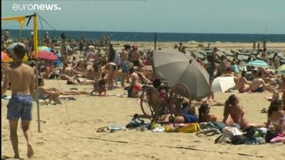 Normalleşme sürecinde açılan Barselona plajlarında sosyal mesafe alarmı