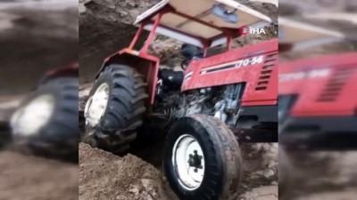 Sel suları traktörü böyle yuttu