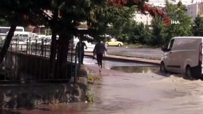 yagan -  Bağcılar'da yağmur sonrası sokak göle döndü
