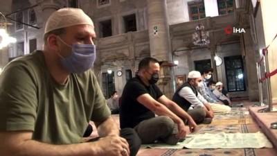 Camiler 3 ay sonra tekrar ibadete açıldı, vatandaşlar Eyüp Sultan'a koştu