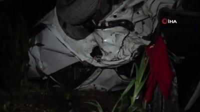 Adana'da trafik kazası...Lüks otomobil hurdaya döndü, sürücü yaralı kurutuldu