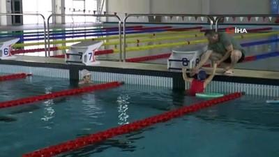 milli sporcular -  Yüzme sporcuları havuza indi