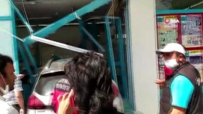 Bolu'da kontrolden çıkan otomobil markete girdi: 3 yaralı