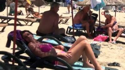 Öğrenciler YKS için ter dökerken yabancı turistler güneşin ve denizin tadını çıkardı