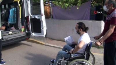 Pendik'te YKS'ye girecek engelli öğrenci sınava özel araçla götürüldü
