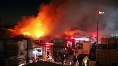 ilk mudahale -  Manisa'da fabrikanın hammaddelerinin bulunduğu alanda yangın