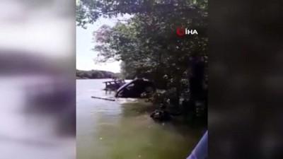 Önce ağaca, sonra demirli tekneye çarpan araç sulara gömüldü