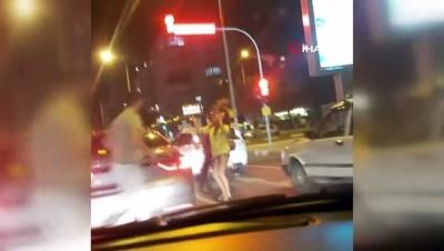 Trafikte sürücüleri şaşırtan kırmızı ışık dansı