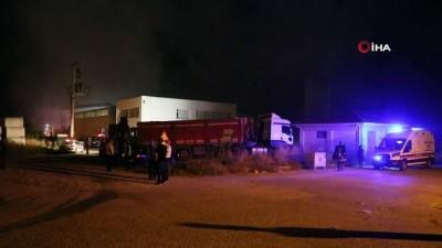 Fabrika yangınında itfaiye erleri dumandan etkilendi