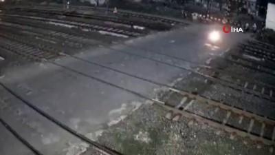 guvenlik kamerasi -  - Hindistan'da tren motosikleti biçti