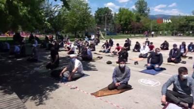 hava sicakliklari -  Bolu'da vatandaşlar Cuma namazını parkta kıldı