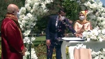 Sağlık çalışanı çiftin nikahı maske ve sosyal mesafeye uyularak kıyıldı