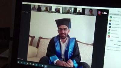 En ilginç mezuniyet töreni...Öğrenciler evlerinden kep fırlattı