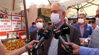 Isparta'da normalleşme sürecinde yeniden açılan pazarda esnafa maske ve broşür dağıtıldı