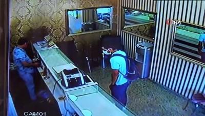 Kartal'da biber gazlı kuyumcu soygunu kamerada