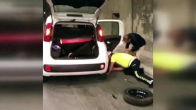 memur - Tünelde otomobilinin lastiği patlayan engelliye polis yardım etti - TRABZON