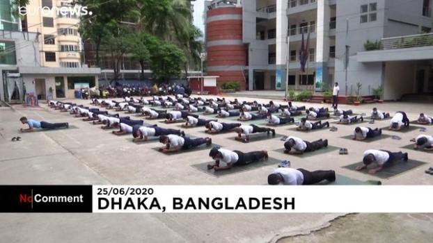 memur - Bangladeş'te polis memurlarının koronavirüse karşı silahı: Yoga