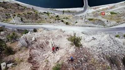 trol -  Görenler heyelan zannetti, dev kayaların yamaçtan yuvarlanması nefes kesti