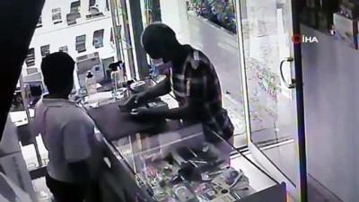 Hırsız telefonları kapıp kaçtı, çalışanlar şaştı kaldı...O anlar kamerada