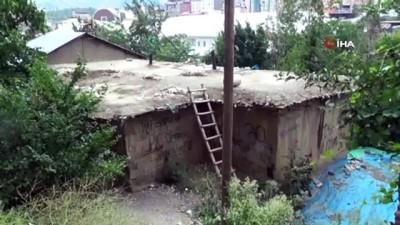 Hakkari'de toprak damlı evin damı çöktü