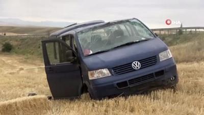 trafik kazasi -  Kırıkkale'de minibüs takla attı: 4 yaralı