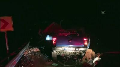 trol - Ticari araçla kamyonet çarpıştı: 2 ölü, 4 yaralı - ANTALYA