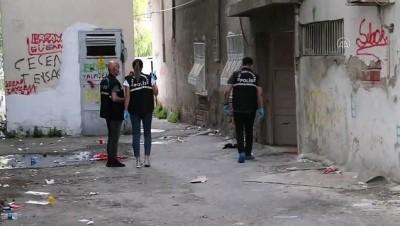 polis araci - Bıçakla yaralanmış halde bulunan kadın kurtarılamadı - İZMİR
