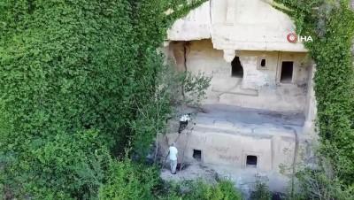 Definecilerin hedefi olan kaya mezarları kurtarılmayı bekliyor