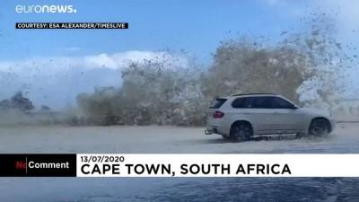 Afrika'nın uç noktası Cape Town'da çıkan fırtına okyanusu köpürttü