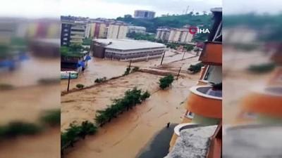 Rize'de ev ve iş yerini su bastı, araçlar suyun altında kaldı