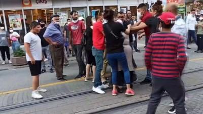 Sokak ortasında kadınların saç saça baş başa kavgası kamerada