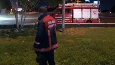 Ankara'da ayağı demir korkuluklara sıkışan ve dakikalarca asılı kalan kişiyi taksiciler kurtardı