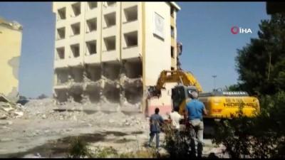Yurt binası yıkıldı, o anlar böyle görüntülendi