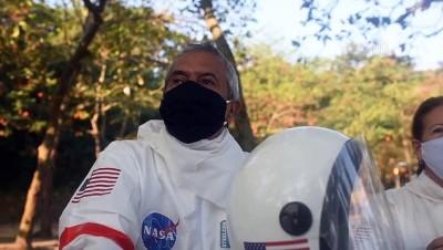 Koronadan korunmak isteyen çift astronot kıyafetiyle dolaşıyor - RIO DE JANERIO