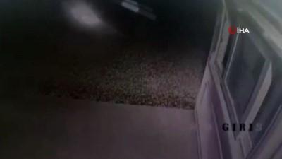 Alaçatı'da otomobil güvenlik kulübesine daldı, görevli ölümden döndü