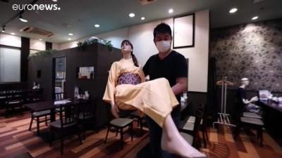 euronews - Tokyo'daki restoranda sosyal mesafe sorunu yok, cansız mankenler var