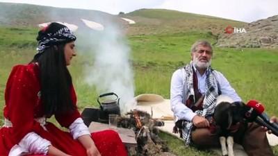 Türkücü Aydın Aydın, annesiz kalan kuzuyu sahiplenerek rol verdi