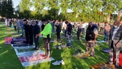 seccade -  - Almanya'da Kurban Bayramı namazı futbol sahasında kılındı