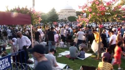 atmosfer -  Bakan Karaismailoğlu, Ayasofya'da bayram namazının ardından çorba dağıttı