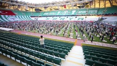 seccade - Konya'da bayram namazı stadyumda kılındı
