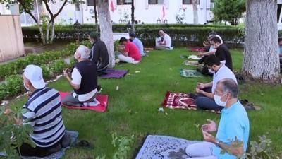 Saadet Partisi Genel Başkanı Karamollaoğlu bayram namazı sonrası açıklamalarda bulundu - ANKARA
