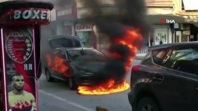 yangina mudahale -  Alev alan otomobilin sürücüsü canını zor kurtardı
