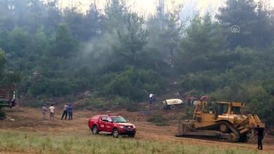 Menderes'teki orman yangınını söndürmek için avuçlarıyla toprak taşıdılar - İZMİR