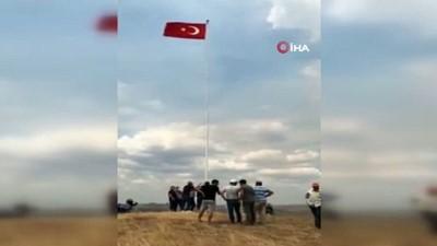 sehit -  Köylüler, Yunanistan sınırına dev Türk bayrağı astı