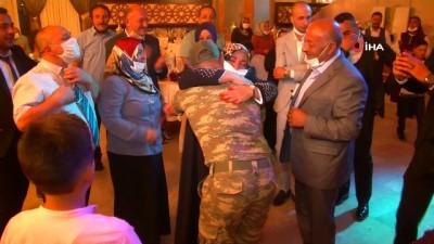 Ağabeyinin düğününe üniformayla katılan asker, ailesini gözyaşına boğdu