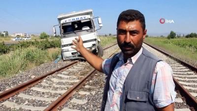 direksiyon -  Lastiği patlayan kamyon tren raylarına girdi